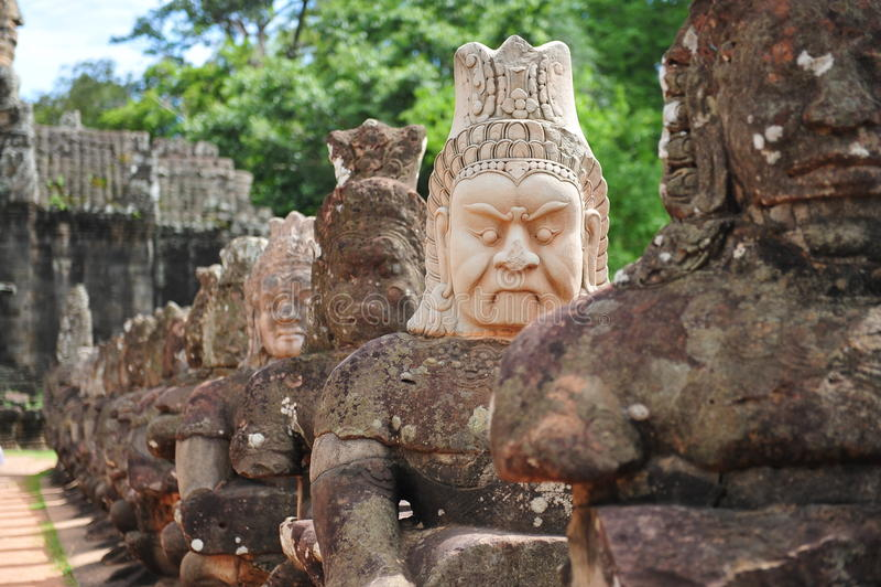 Skulptur av demoner utanför den Angkor Thom staden arkivbild