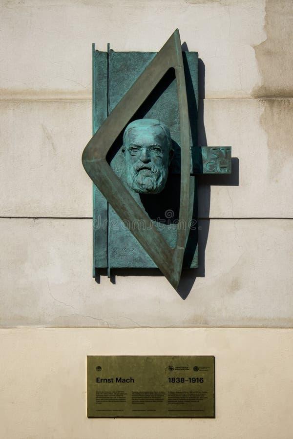 Skulptur av den ?sterrikiska fysikern Ernst Mach royaltyfri bild
