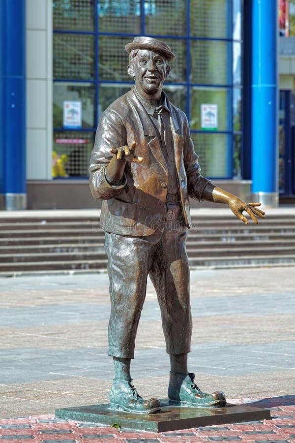 Skulptur av den berömda sovjet- och ryssskådespelaren och clownen Yuri Nikulin i Tyumen fotografering för bildbyråer