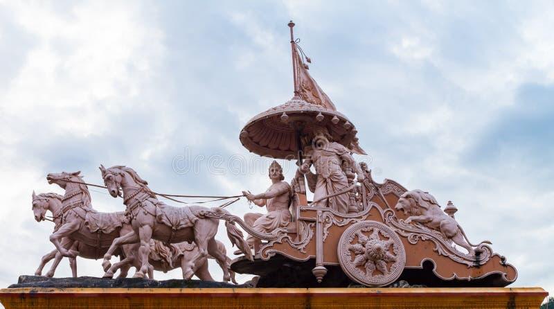 Skulptur av den hinduiska guden Krishna och Arjuna arkivfoto