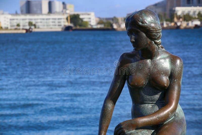 Skulptur av den lilla sjöjungfruKöpenhamnen, Danmark royaltyfri fotografi