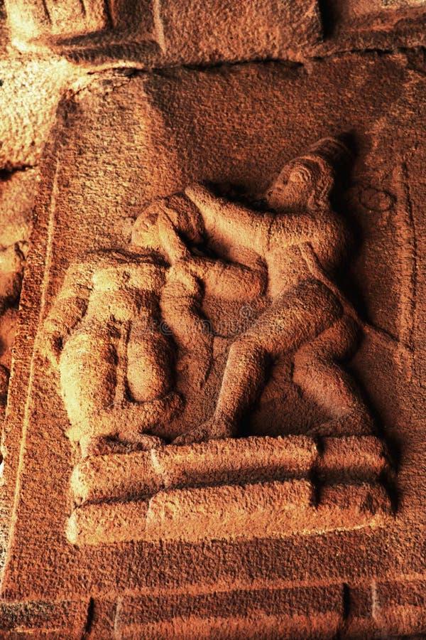 Skulptur av den Lord Lakshman klippnäsan av Shurpanakha på den Vittala templet, Hampi, Karnataka, Indien royaltyfria foton