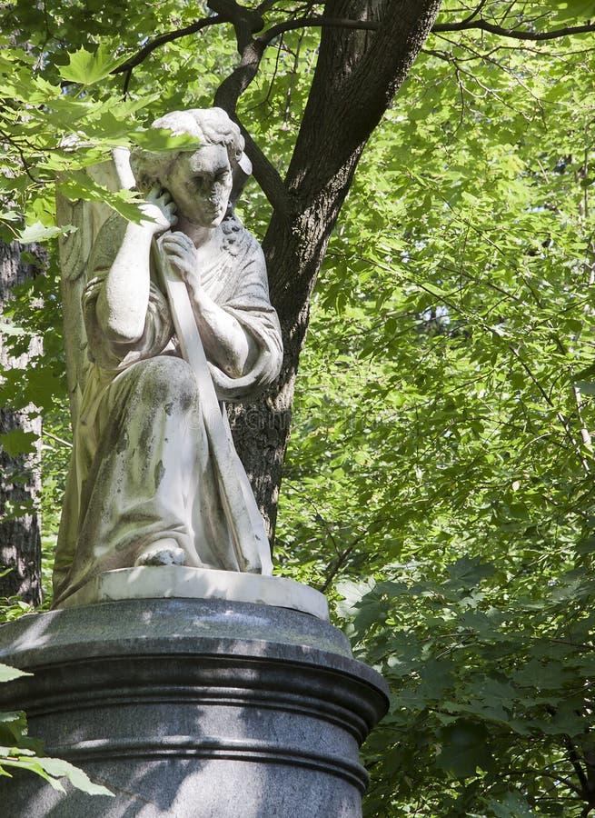 Skulptur av den sörja ängeln arkivfoton