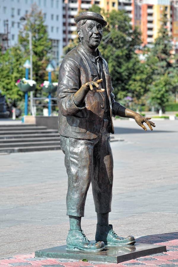 Skulptur av den sovjetiska och ryska skådespelaren och clownen Yuri Nikulin i Tyumen royaltyfria bilder