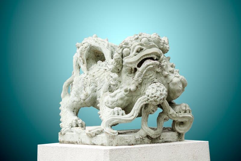 Skulptur av det kinesiska lejonet, antik traditionell sten som snider dol arkivbilder