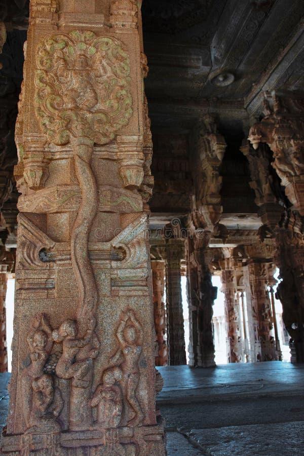 Skulptur av det Lord Krishna klättringträdet på den Vittala templet, Hampi, Karnataka, Indien royaltyfria bilder