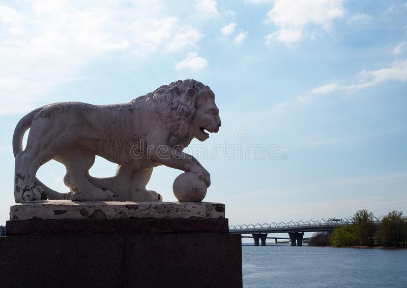 Skulptur av det vita stenlejonet p? flodbanken i staden parkerar arkivbilder
