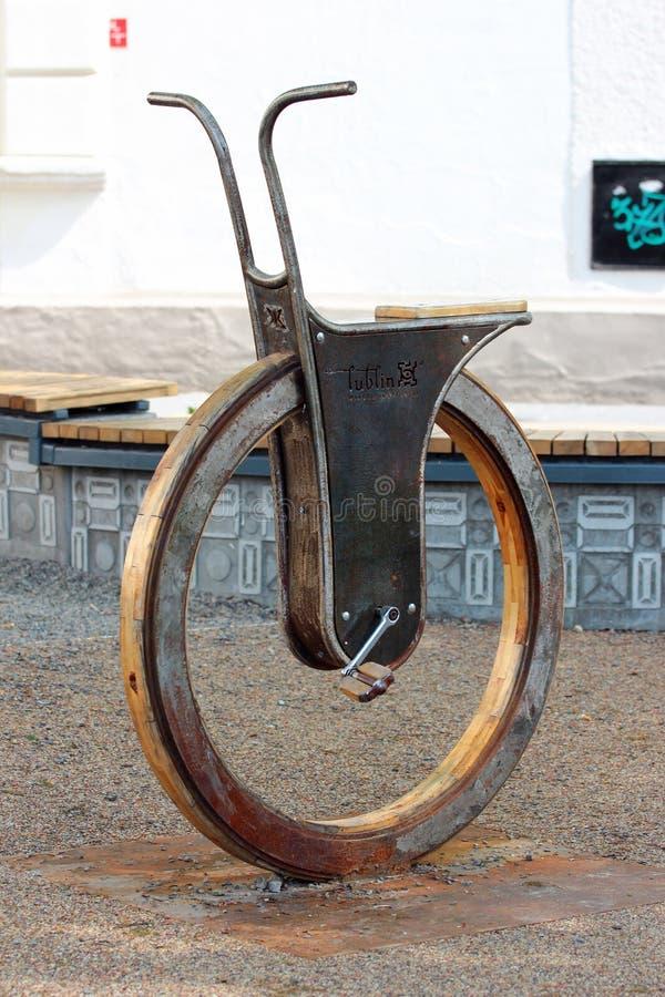 Skulptur av en enhjuling i Lublin, Polen arkivbild