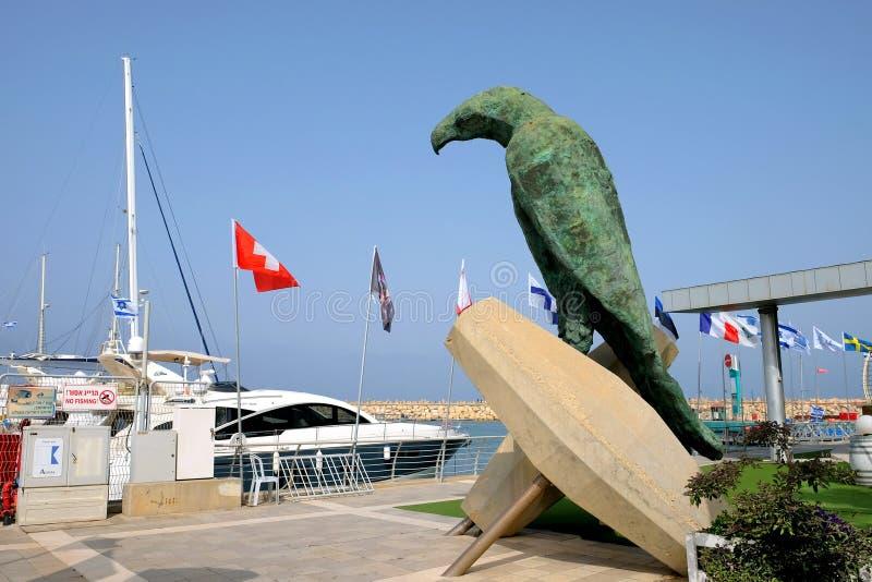 Skulptur av en fågel i territoriet av en yachtklubba i Herzliya royaltyfri foto