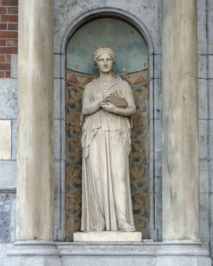 Skulptur av en kvinna i ett skepp mellan två kolonner, bredvid ingången till Rijksmuseumen, Amsterdam arkivbilder