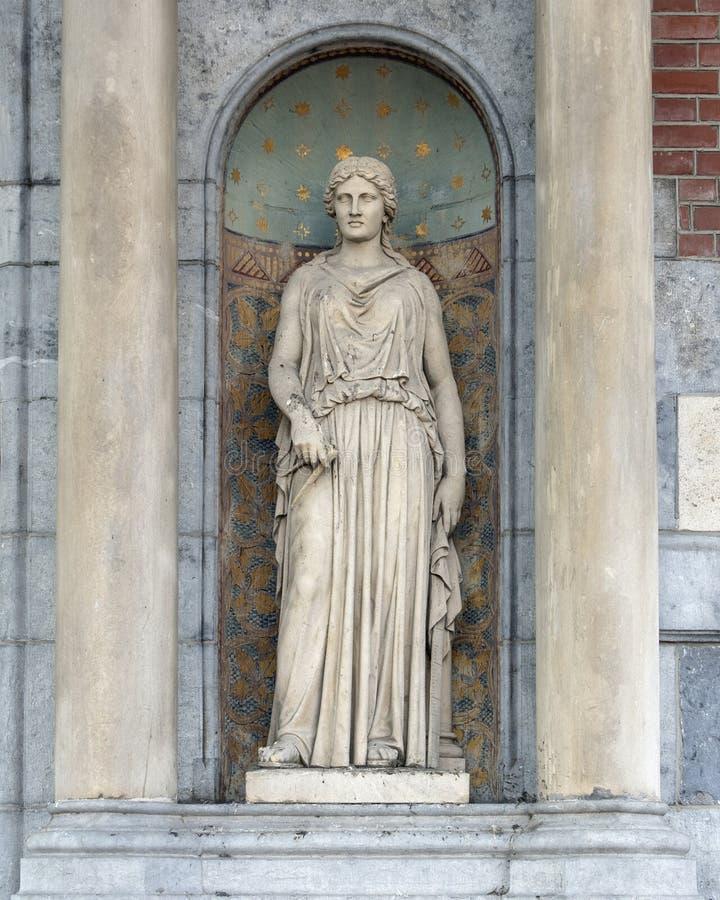 Skulptur av en kvinna i ett skepp mellan två kolonner, bredvid ingången till Rijksmuseumen, Amsterdam arkivfoton