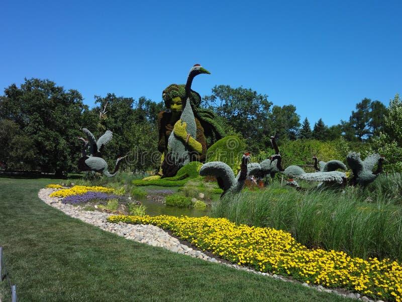Skulptur av en kvinna i natur Botanisk trädgård av Montreal Kanada royaltyfria foton