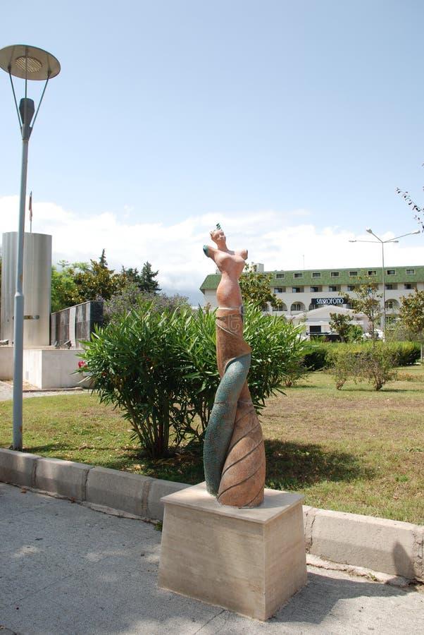 Skulptur av en kvinna utan händer på kusten i staden av Kemer i Turkiet arkivbilder