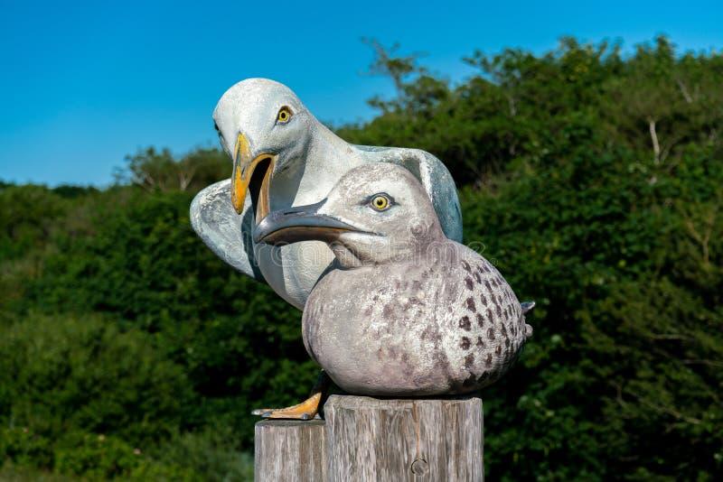 Skulptur av en man och en kvinnlig seagull arkivfoton