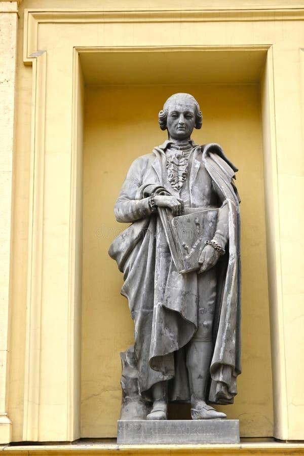 Skulptur av en man på en byggnadsfasad i St Petersburg, Russi arkivbild