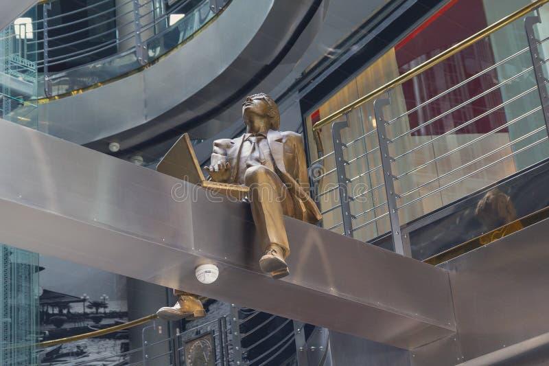 Skulptur av en man som arbetar på en bärbar dator fotografering för bildbyråer