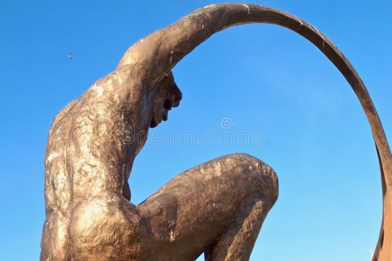 Skulptur av en naken man i Albufeira i Portugal royaltyfria foton