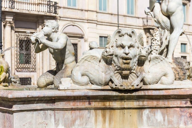 Skulptur av en triton, grekisk gud Hedspringbrunnen i den Navona fyrkanten, Rome, Italien arkivfoton