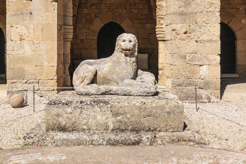Skulptur av ett forntida stenar lejonet Arkeologiskt museum i den gamla staden Rhodes Grekland arkivbilder
