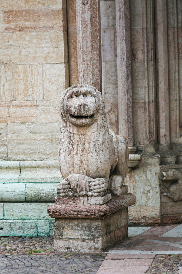 Skulptur av ett lejon på domkyrkan av Trento arkivfoto