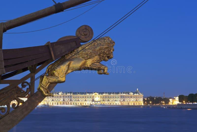 Skulptur av ett lejon på näsan av `en för holländare för flyg för ` för seglingskepp i en sommarnatt i St Petersburg royaltyfri bild