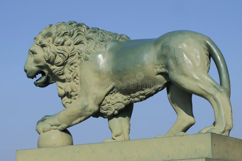 Skulptur av ett lejon på slottbron st för domkyrkacupolaisaac petersburg russia s saint royaltyfria foton