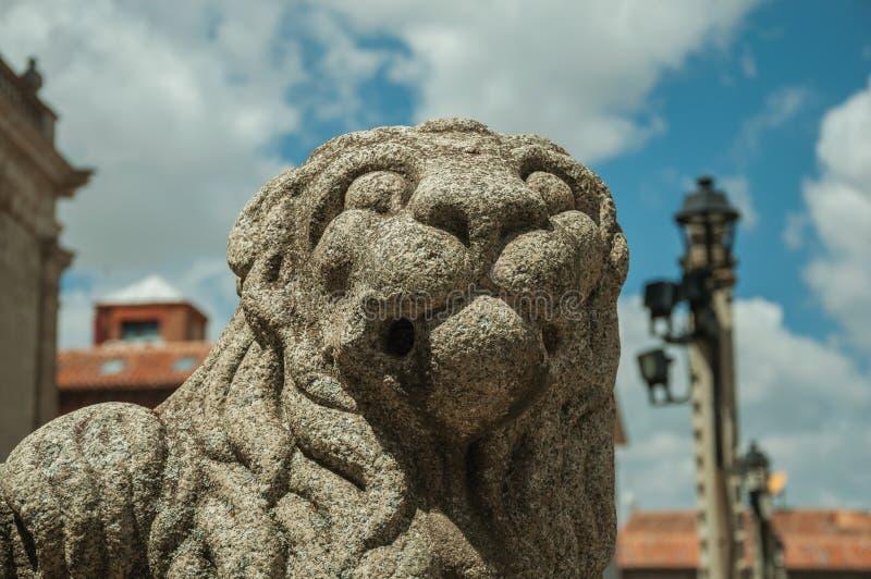 Skulptur av ett lejon tystar ned snidit på stenen på Avila arkivbild