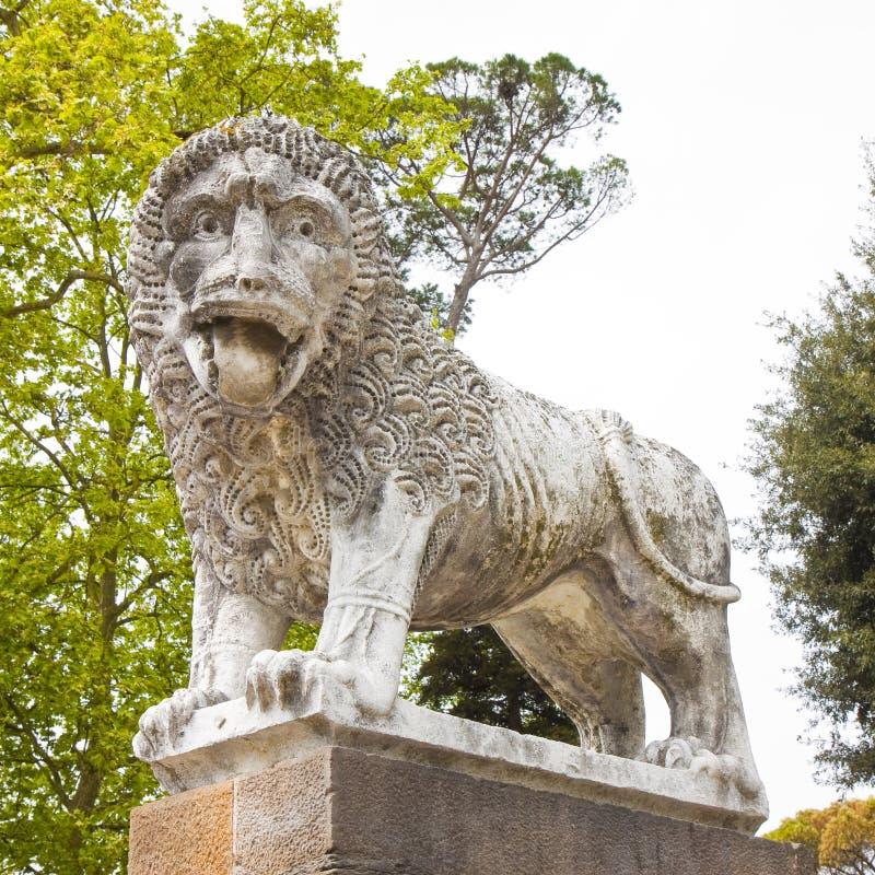Skulptur av ett medeltida stenlejon från Italien arkivfoton