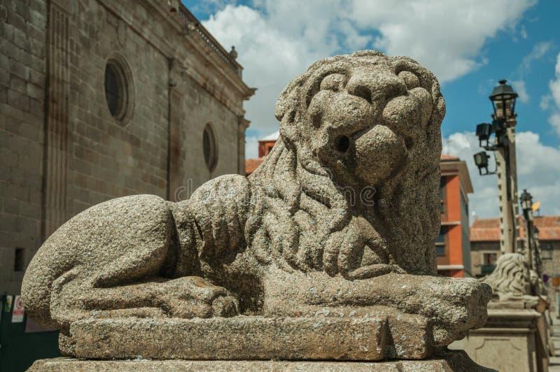 Skulptur av ett sittande lejon som snidas i sten på Avila royaltyfri foto