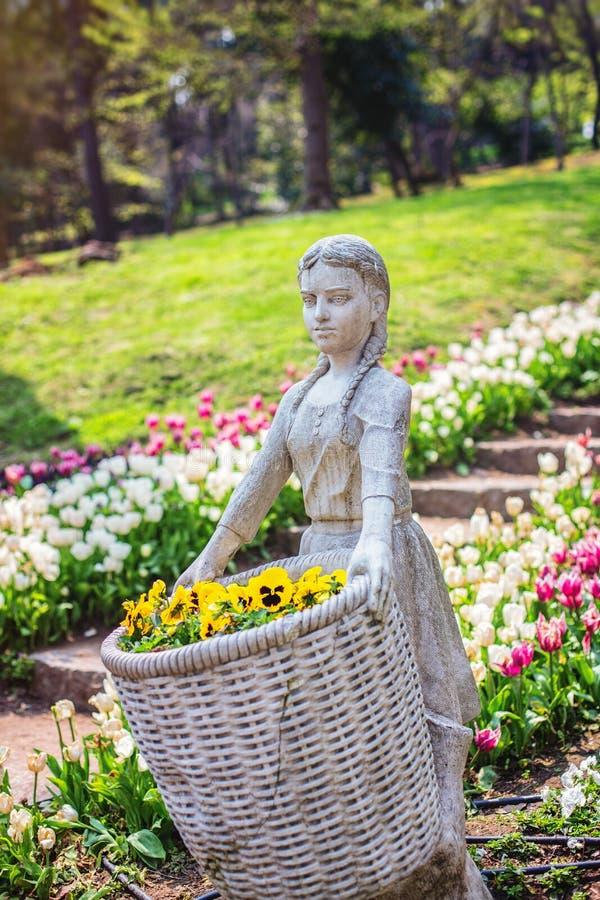 Skulptur av flickan med korgen i Yildiz Park royaltyfria bilder