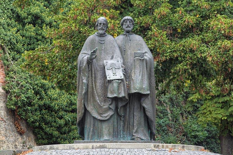 Skulptur av helgon Cyril och Methodius i Nitra, Slovakien fotografering för bildbyråer