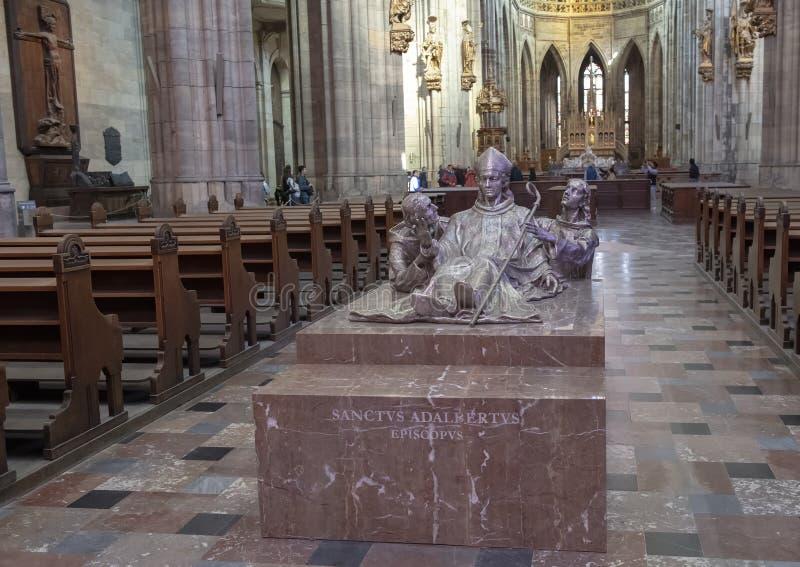 Skulptur av helgonet Adalbert som lokaliseras i den storstads- Cathdralen av helgon Vitus, Wenceslaus och Adalbert, Prague slott arkivfoton