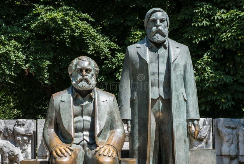 Skulptur av Karl Marx och Friedrich Engels nära Alexanderplatz arkivfoto