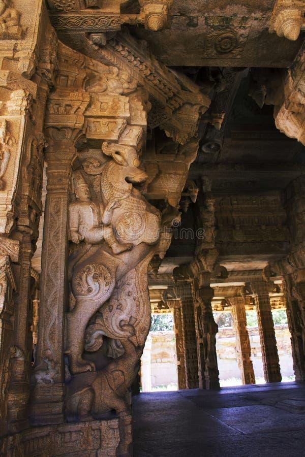 Skulptur av konungen Krishnadevaraya som rider hans häst på den Vittala templet, Hampi, Karnataka, Indien royaltyfri foto