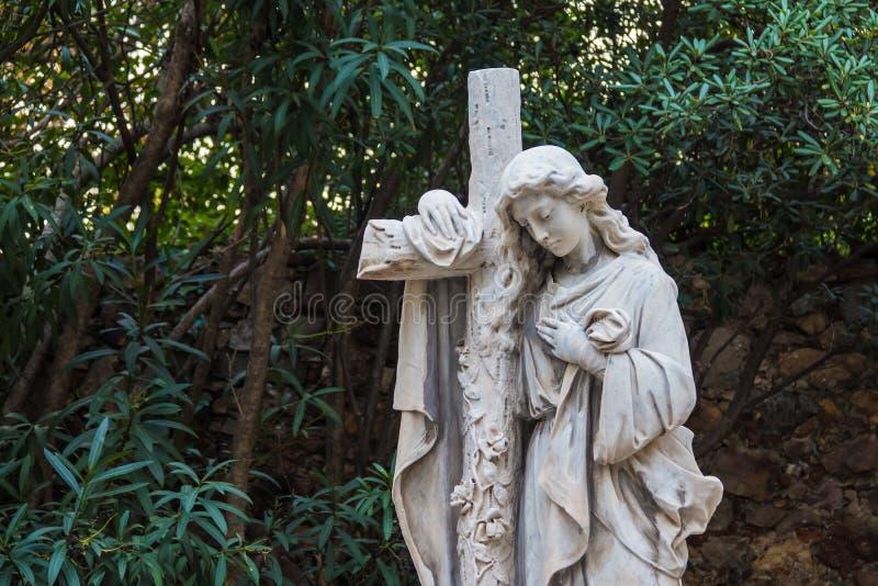 Skulptur av kvinnan med korset på den Montjuic kyrkogården, Barcelona, Spanien fotografering för bildbyråer