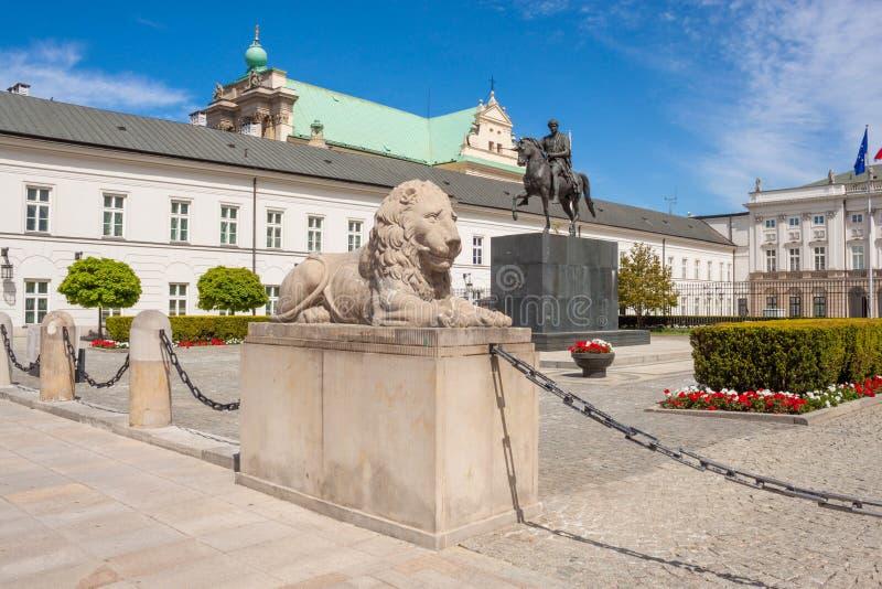 Skulptur av lejon- och ryttarestatyn av prinsen Jozef Antoni Poniatowski framme av presidentpalatset, Warszawa, Polen arkivbild