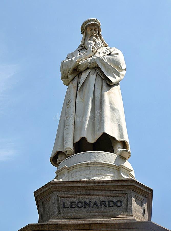 Skulptur av Leonardo da Vinci i Milan i Itlay royaltyfria bilder