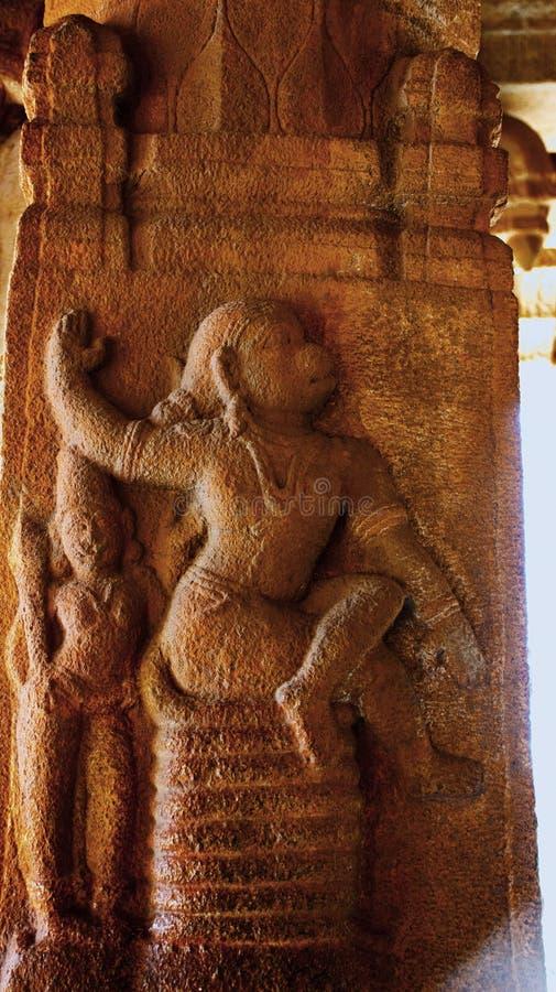 Skulptur av lord Hanuman som sitter på hans svans på Lanka på den Vittala templet, Hampi, Karnataka, Indien arkivbild
