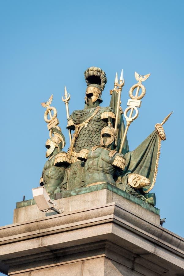 Skulptur av militära idrottsman nen smyckar bron royaltyfri foto