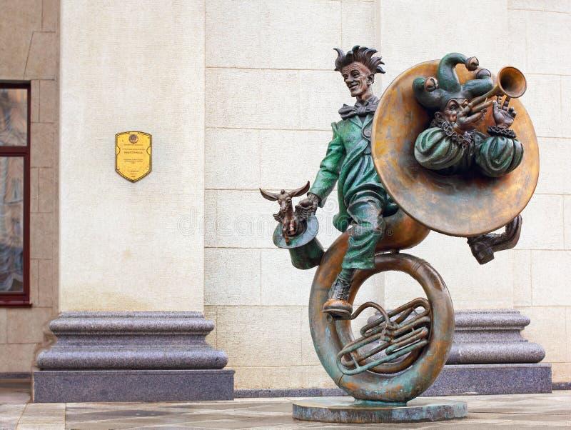 Skulptur av musiker för en clown för cirkusen i Minsk, Vitryssland royaltyfria foton