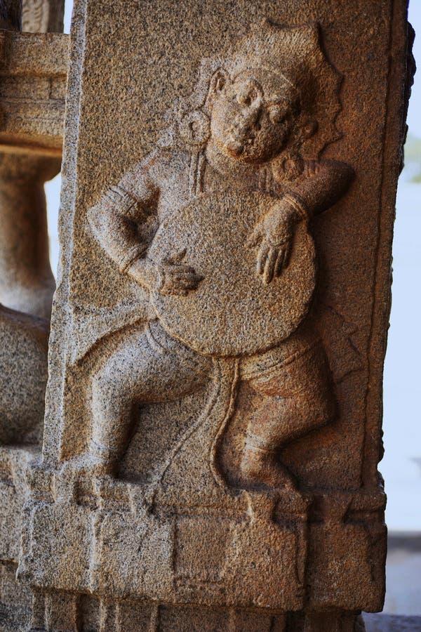 Skulptur av musikern som spelar valsen på den Vittala templet, Hampi, Karnataka, Indien royaltyfri bild
