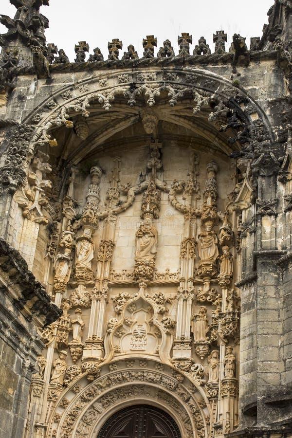 Skulptur av oskulden och barnet ovanför ingången av Rounen arkivbilder
