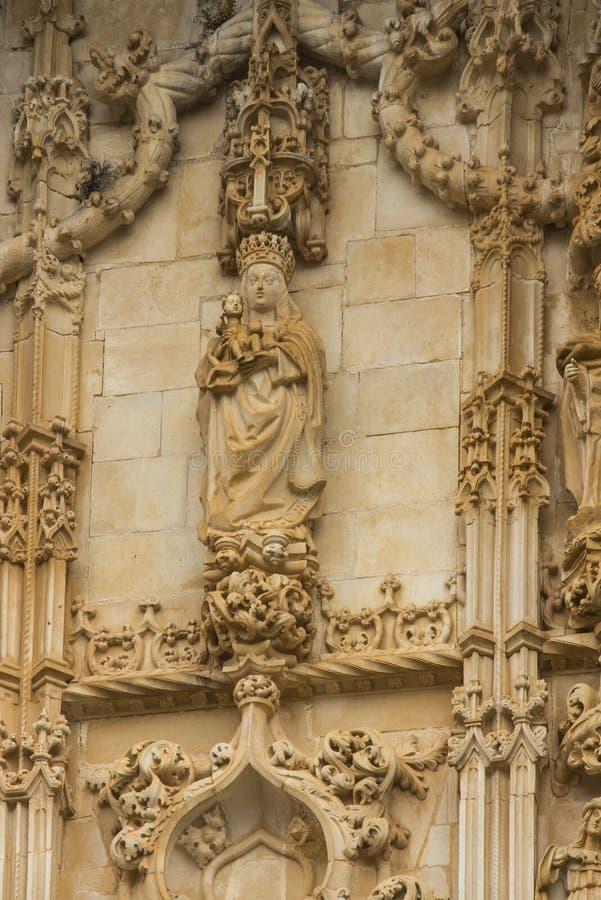 Skulptur av oskulden och barnet ovanför ingången av Rounen royaltyfria bilder