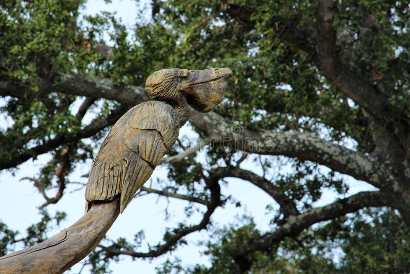 Skulptur av pelikan från trädstammen efter Katrina royaltyfri fotografi