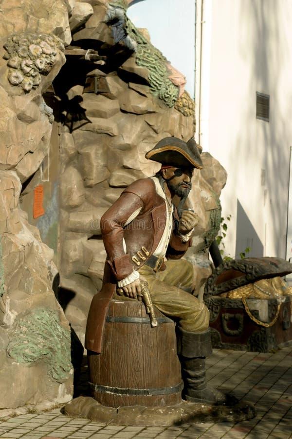 Skulptur av piratkopierar gjort i den fulla tillväxten av mannen royaltyfria foton