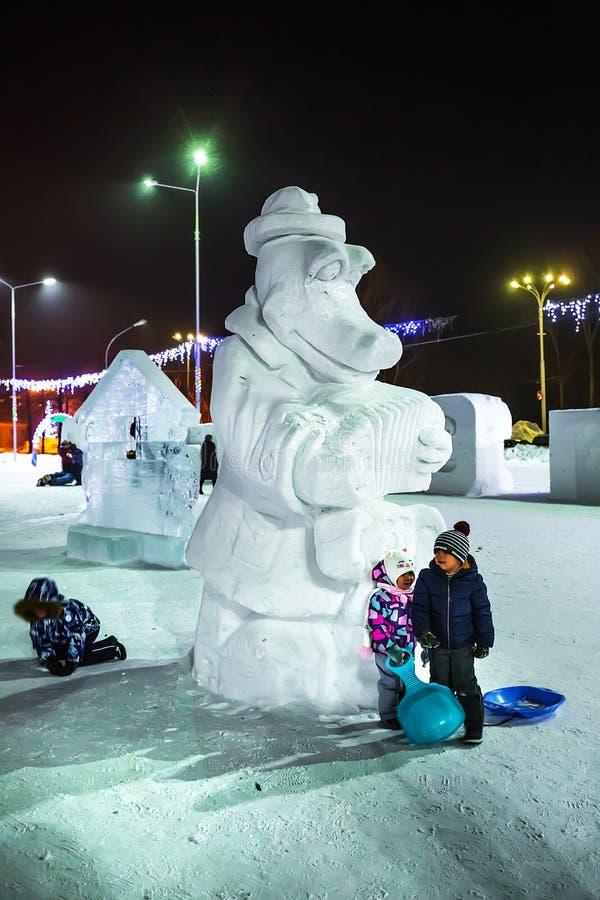 Skulptur av snö KrokodilGena och Cheburashka Västra Sibirien, Ryssland royaltyfri foto