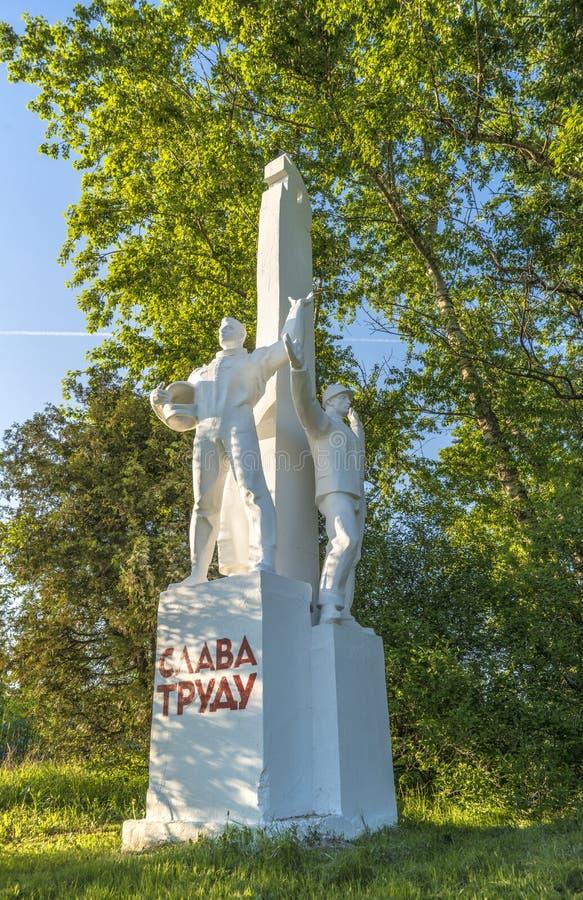 Skulptur av sovjetiska tider i Ryssland med en funktionsduglig tekniker och kosmonaut royaltyfri bild