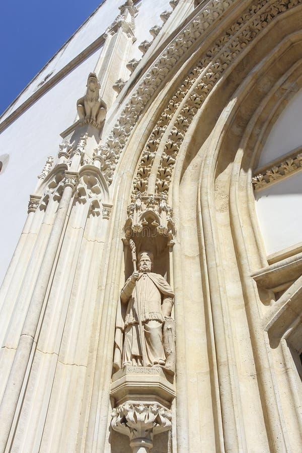 Skulptur av St Augustine av flodhästen, västra portal av kyrkan av St Mark royaltyfri fotografi