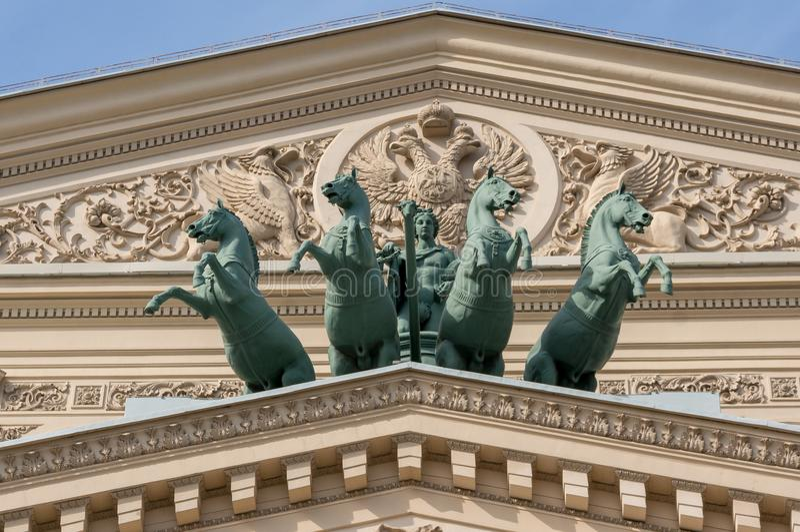 Skulptur av triumfvagnar på fasaden av byggnaden av den Bolshoi teatern i Moskva som byggs i 1825 royaltyfria bilder