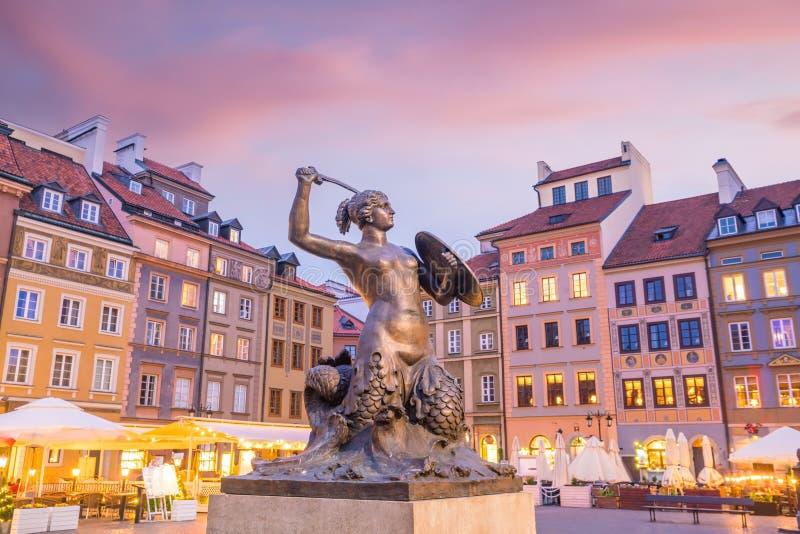 Skulptur av Warszawasjöjungfrun på den gamla stadmarknadsfyrkanten royaltyfria foton